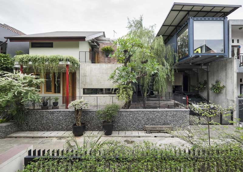 Desain Industrialis Perpaduan Tropis - AA Residence