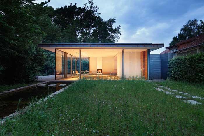 Rumah Kaca Minimalis Dengan Kolam