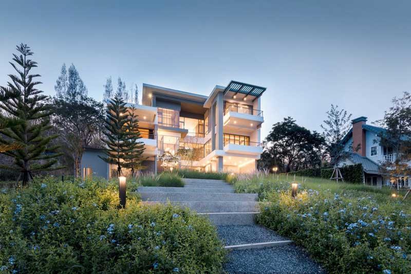 Rumah Tingkat Dengan Taman