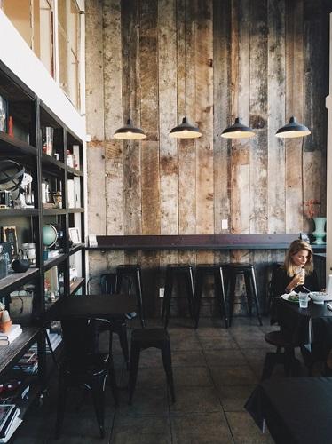 Kafe dengan Desain Papan Kayu