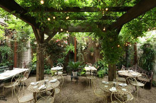Kafe di Bawah Pohon