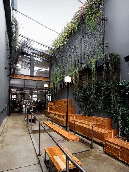 Kafe Klasik di Samping Bangunan