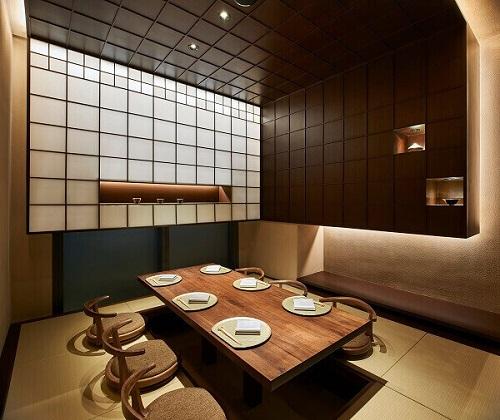 Kafe dengan Dinding Batang Kayu