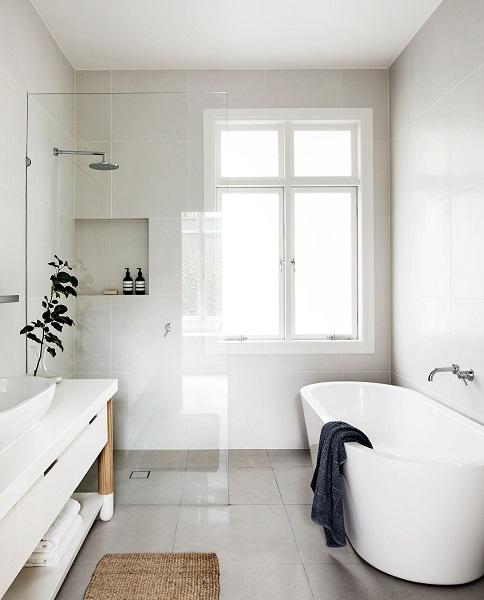 kamar mandi dengan jendela