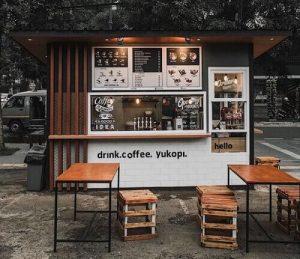 desain warung kopi pinggir jalan dengan meja bar