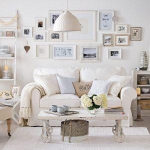 Ruang tamu dengan potret keluarga