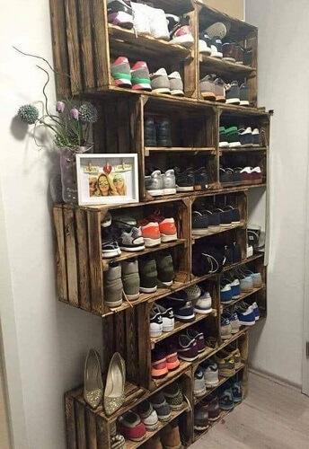 Kotak sepatu penyimpanan sederhana di garasi