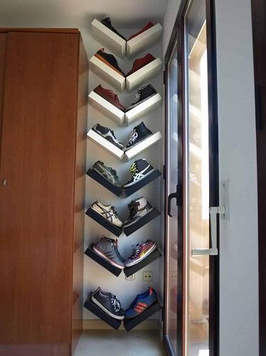 Rak sepatu berbentuk V