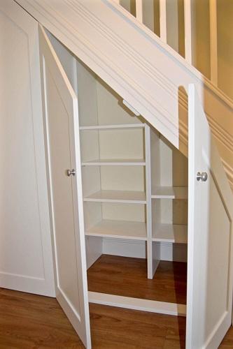 Model rak sepatu minimalis di bawah tangga