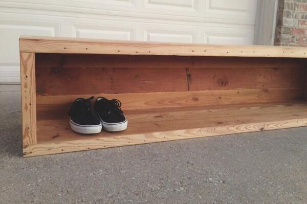 Penyimpanan sneakers dari kayu dudukan