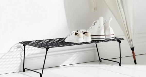 tempat sneakers besi di luar ruangan