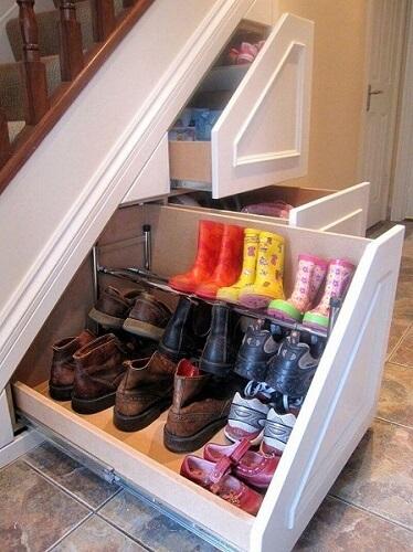 Penyimpanan sepatu di bawah tangga