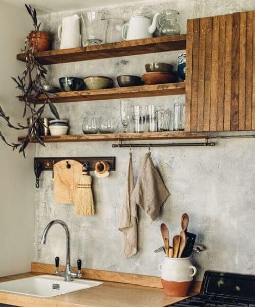 Dapur dengan lemari kayu terbuka